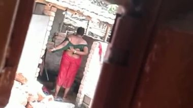 Village aunty outdoor bath caught by neighbor