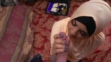 Desi porn of Dubai teen given blowjob