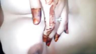 Mehandi hands reveals her body