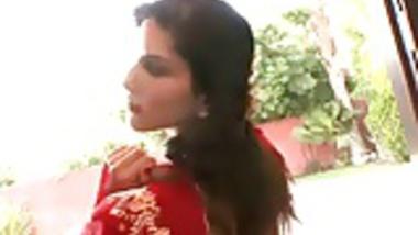 Sunny leone saree stripping