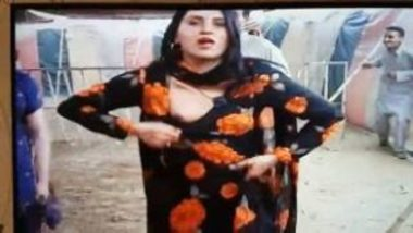 Sexy Pakistani Shemale Showing Boobs During Mujra