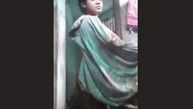 Cute Desi Girl Bathing new clip