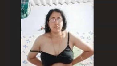 Sexy Tamil Bhabhi reord Her Nude Video