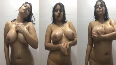 Busty girl nude dance in the bathroom MMS