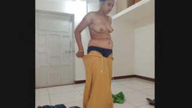 Desi Bhabi Bathing Video