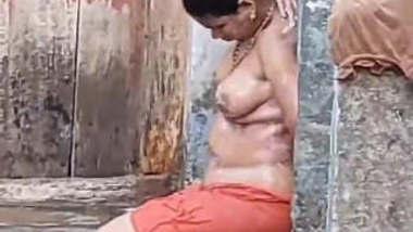Desi Hot Bhabhi Outdoor Bathing