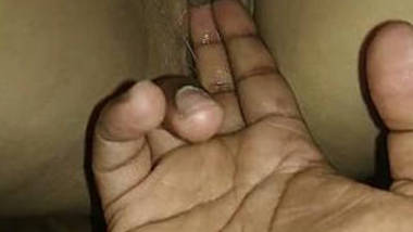 Desi indian girl wet pussy eaking pussy