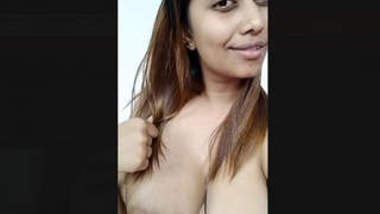 Sexy Indian Girl Showing her Boobs
