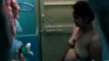 Bhabhi spied in bathroom video