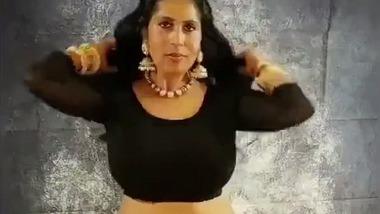 Doodhwali XX saree stripping video