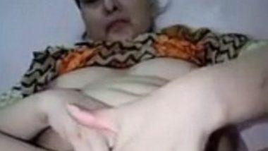 Pakistani MILF aunty dildo masturbation