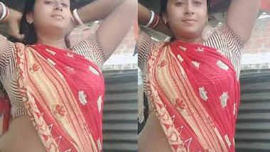 homely hot bhabhi navel show in saree