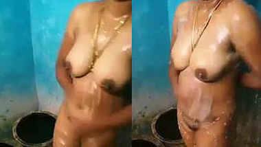desi aunty bathing-2