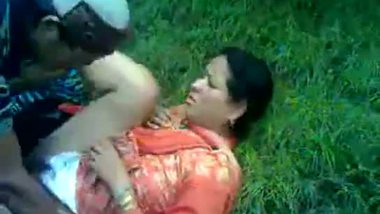 Mature bhabhi enjoys outdoor threesome with two strangers