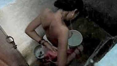 Desi bhabhi bathing secretly captured