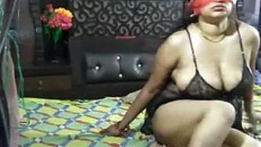 Horny Juhi bhabhi ne chut chatwayi