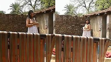 Desi aunty outdoor boob show
