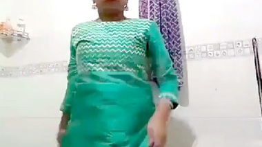 Desi sexy girl open her dress