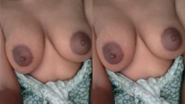 Bhabhi Shahida Showing her Boobs