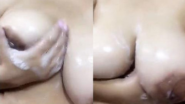 Sexy Desi Girl Showing her Boobs