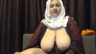 Sexy Muslim Bhabhi Flaunting Big Boobs On Camera