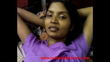 Dusky bhabhi exposing her juicy boobs