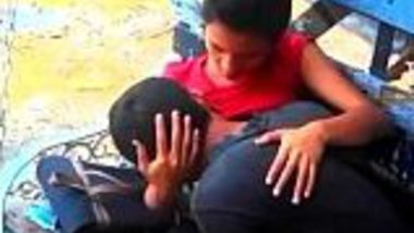 Mumbai desi college lovers enjoy kissing and boobs sucking in park