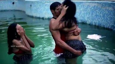 Jija ka 2 saaliyon se swimming pool me group threesome sex