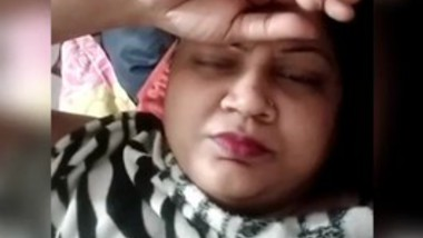 Bhabi showing her shaved assests