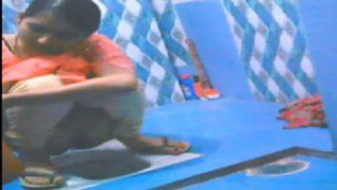 Tamil girl pundai recorded secretly while peeing