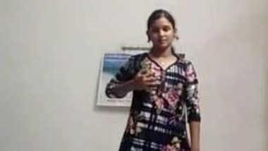Solo porn video where the attractive Desi minx takes off clothes