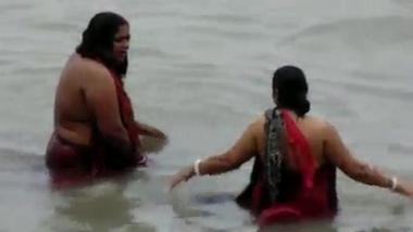 Bathing in River nice desi chick XXX porn HQ