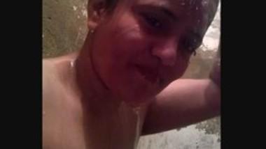 Desi bhabi making bathing video