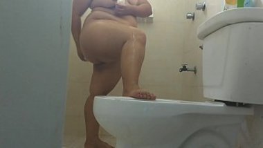 Married desi aunty with big ass bathing, washing her buttocks