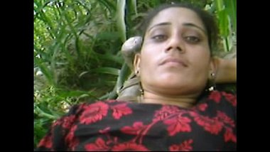 Village bhabhi having sex in her field
