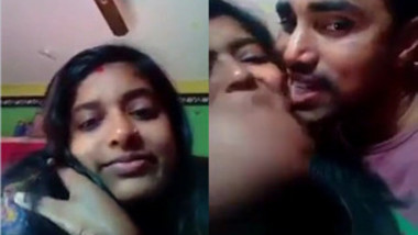 Indian lovers exchange XXX kisses before becoming in mood for sex