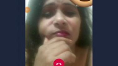 Desi bhabi show her boob