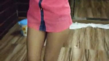 Seductive dance by the Indian XXX girl wearing a pink shirt