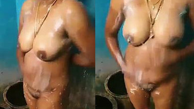 It isn't a problem for Desi lady with sexy body to take XXX shower